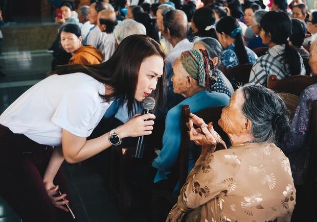 Mỹ Tâm về quê Quảng Nam trao quà cho người già neo đơn, hình ảnh đẹp ấm lòng mùa Vu Lan! - Ảnh 4.