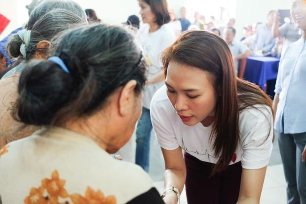 Mỹ Tâm về quê Quảng Nam trao quà cho người già neo đơn, hình ảnh đẹp ấm lòng mùa Vu Lan! - Ảnh 3.