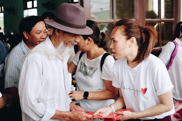 Mỹ Tâm về quê Quảng Nam trao quà cho người già neo đơn, hình ảnh đẹp ấm lòng mùa Vu Lan! - Ảnh 2.