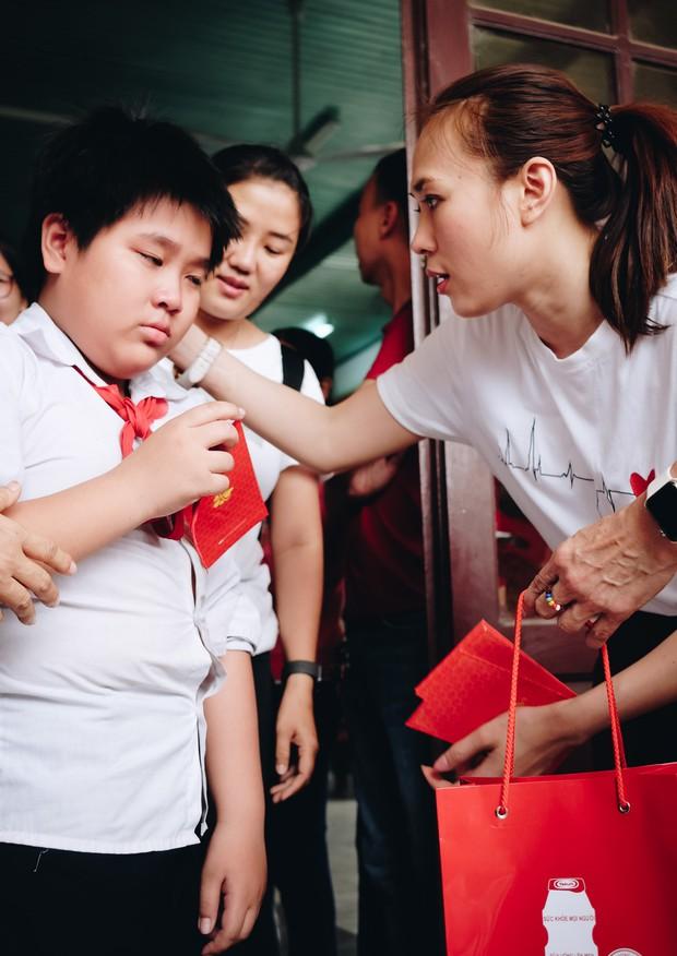 Mỹ Tâm về quê Quảng Nam trao quà cho người già neo đơn, hình ảnh đẹp ấm lòng mùa Vu Lan! - Ảnh 13.