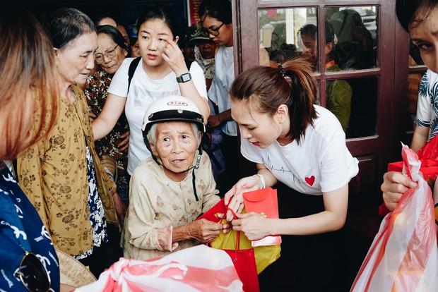 Mỹ Tâm về quê Quảng Nam trao quà cho người già neo đơn, hình ảnh đẹp ấm lòng mùa Vu Lan! - Ảnh 11.
