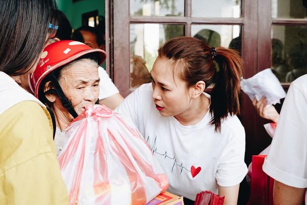 Mỹ Tâm về quê Quảng Nam trao quà cho người già neo đơn, hình ảnh đẹp ấm lòng mùa Vu Lan! - Ảnh 10.