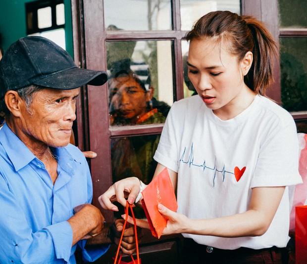 Mỹ Tâm về quê Quảng Nam trao quà cho người già neo đơn, hình ảnh đẹp ấm lòng mùa Vu Lan! - Ảnh 9.