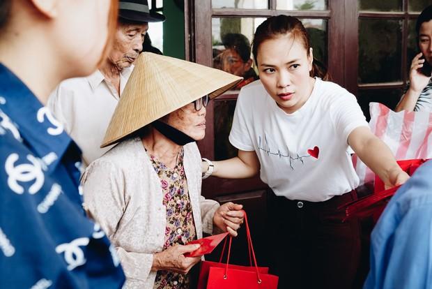 Mỹ Tâm về quê Quảng Nam trao quà cho người già neo đơn, hình ảnh đẹp ấm lòng mùa Vu Lan! - Ảnh 8.