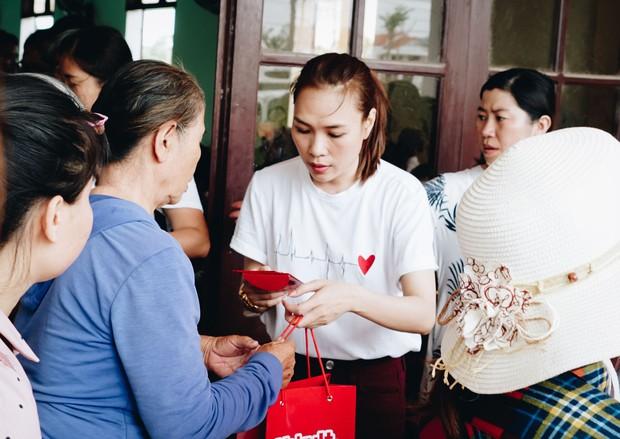 Mỹ Tâm về quê Quảng Nam trao quà cho người già neo đơn, hình ảnh đẹp ấm lòng mùa Vu Lan! - Ảnh 1.
