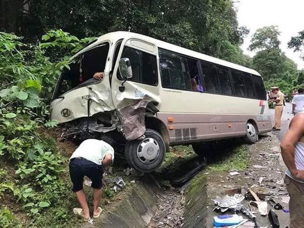 Hàng chục hành khách la hét hoảng loạn khi va chạm trực diện với xe con - Ảnh 1.