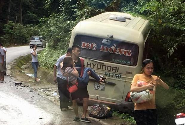 Hàng chục hành khách la hét hoảng loạn khi va chạm trực diện với xe con - Ảnh 3.
