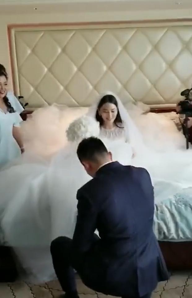 Đám cưới hot nhất hôm nay: Cô dâu Trương Hinh Dư diện váy trắng đồ sộ, nắm chặt tay chú rể tiến vào lễ đường cổ tích - Ảnh 12.