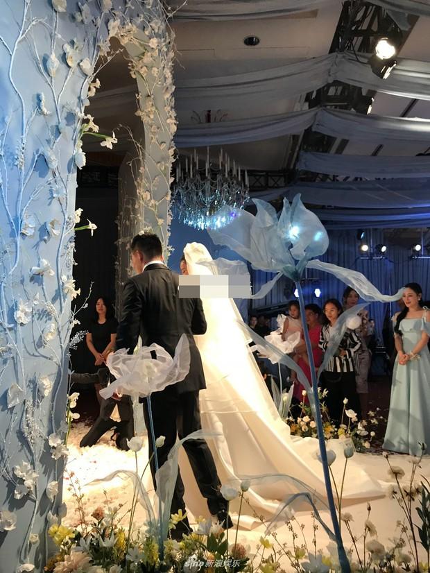 Đám cưới hot nhất hôm nay: Cô dâu Trương Hinh Dư diện váy trắng đồ sộ, nắm chặt tay chú rể tiến vào lễ đường cổ tích - Ảnh 3.
