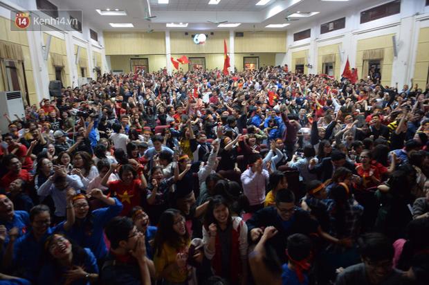 Nhiều trường Đại học tổ chức cho sinh viên xem tứ kết ASIAD Việt Nam - Syria trên màn hình hàng trăm inch - Ảnh 5.