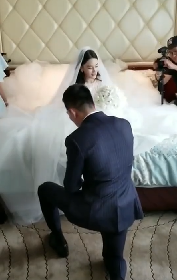Đám cưới hot nhất hôm nay: Cô dâu Trương Hinh Dư diện váy trắng đồ sộ, nắm chặt tay chú rể tiến vào lễ đường cổ tích - Ảnh 13.