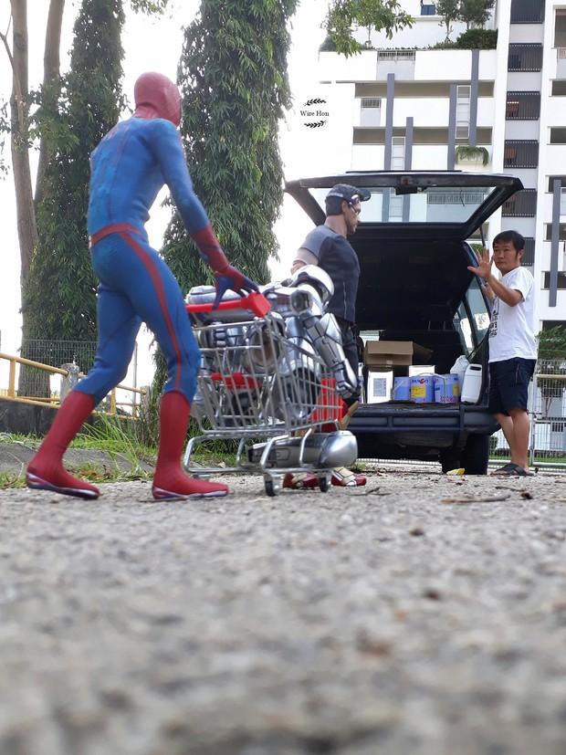 Thanh niên khoe ảnh chụp thân mật cùng cả dàn siêu anh hùng, còn cả gan sai Spiderman, Deadpool và Captain đi bọc đu đủ - Ảnh 9.