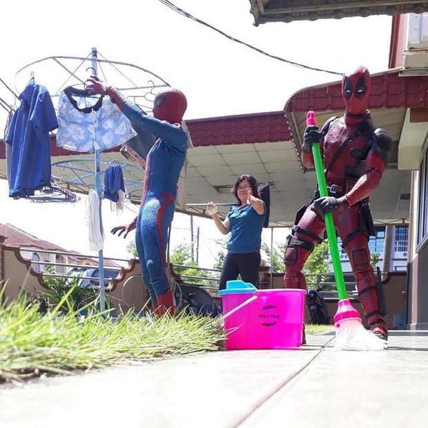 Thanh niên khoe ảnh chụp thân mật cùng cả dàn siêu anh hùng, còn cả gan sai Spiderman, Deadpool và Captain đi bọc đu đủ - Ảnh 5.