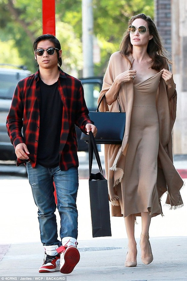 Đi ăn cùng Pax Thiên, Angelina Jolie diện váy trễ nải khoe vòng 1 quyến rũ trở lại sau phẫu thuật cắt ngực - Ảnh 1.