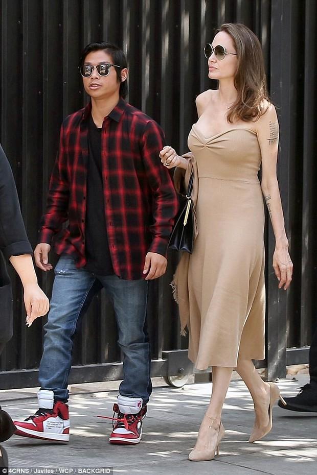Đi ăn cùng Pax Thiên, Angelina Jolie diện váy trễ nải khoe vòng 1 quyến rũ trở lại sau phẫu thuật cắt ngực - Ảnh 8.