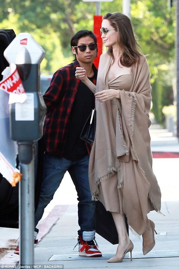 Đi ăn cùng Pax Thiên, Angelina Jolie diện váy trễ nải khoe vòng 1 quyến rũ trở lại sau phẫu thuật cắt ngực - Ảnh 9.