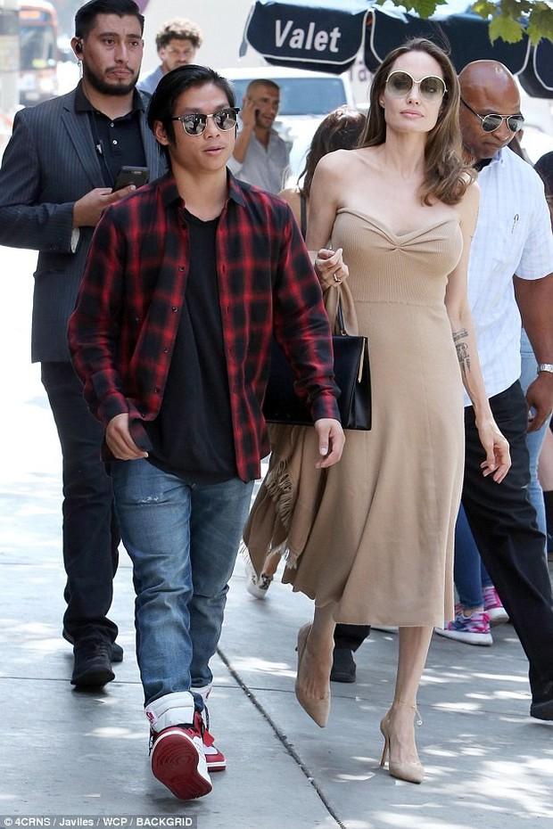 Đi ăn cùng Pax Thiên, Angelina Jolie diện váy trễ nải khoe vòng 1 quyến rũ trở lại sau phẫu thuật cắt ngực - Ảnh 7.