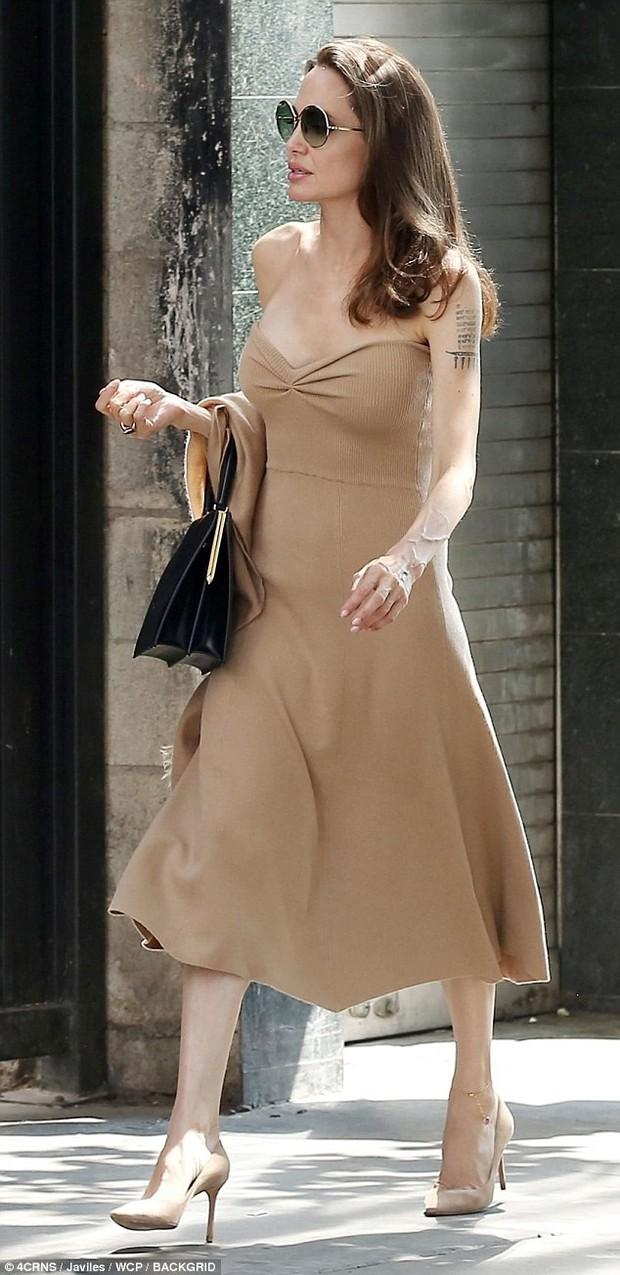 Đi ăn cùng Pax Thiên, Angelina Jolie diện váy trễ nải khoe vòng 1 quyến rũ trở lại sau phẫu thuật cắt ngực - Ảnh 2.