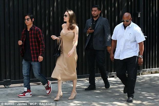 Đi ăn cùng Pax Thiên, Angelina Jolie diện váy trễ nải khoe vòng 1 quyến rũ trở lại sau phẫu thuật cắt ngực - Ảnh 6.