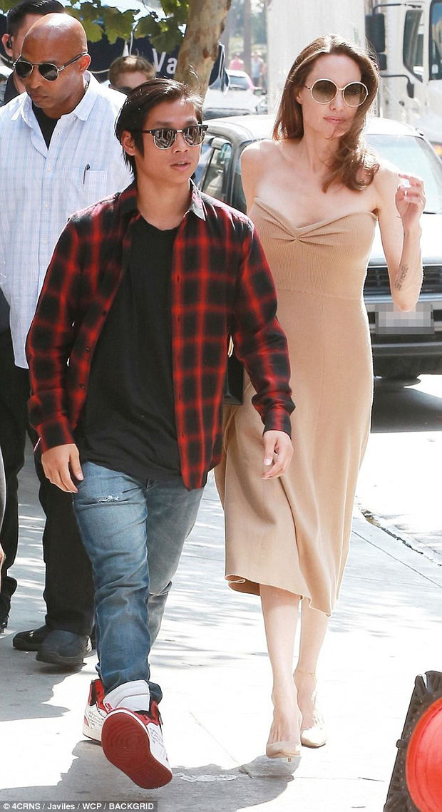 Đi ăn cùng Pax Thiên, Angelina Jolie diện váy trễ nải khoe vòng 1 quyến rũ trở lại sau phẫu thuật cắt ngực - Ảnh 4.