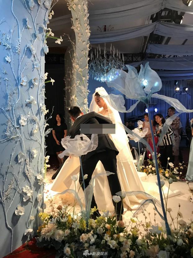 Đám cưới hot nhất hôm nay: Cô dâu Trương Hinh Dư diện váy trắng đồ sộ, nắm chặt tay chú rể tiến vào lễ đường cổ tích - Ảnh 5.