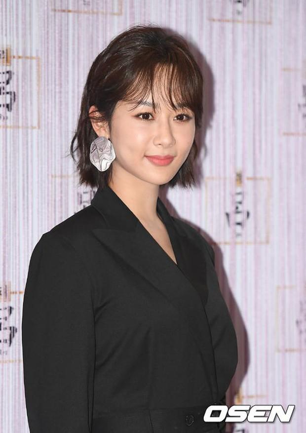 Park Shin Hye trở lại đẹp rạng rỡ bên nữ chính Hương Mật Tựa Khói Sương, Park Seo Joon lịch lãm tại sự kiện - Ảnh 13.