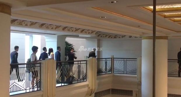 Đám cưới hot nhất hôm nay: Cô dâu Trương Hinh Dư diện váy trắng đồ sộ, nắm chặt tay chú rể tiến vào lễ đường cổ tích - Ảnh 21.