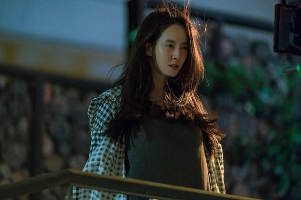 Phim kinh dị của mợ ngố Song Ji Hyo có gì mà ai xem cũng không dứt ra được? - Ảnh 2.