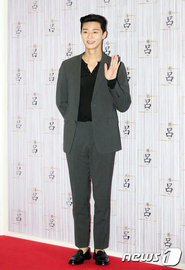 Park Shin Hye trở lại đẹp rạng rỡ bên nữ chính Hương Mật Tựa Khói Sương, Park Seo Joon lịch lãm tại sự kiện - Ảnh 9.