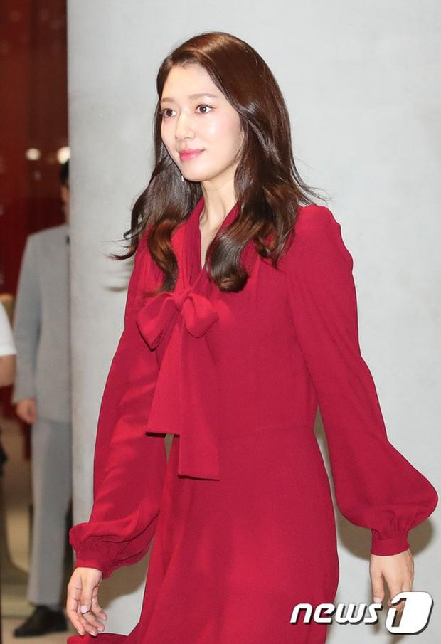 Park Shin Hye trở lại đẹp rạng rỡ bên nữ chính Hương Mật Tựa Khói Sương, Park Seo Joon lịch lãm tại sự kiện - Ảnh 4.