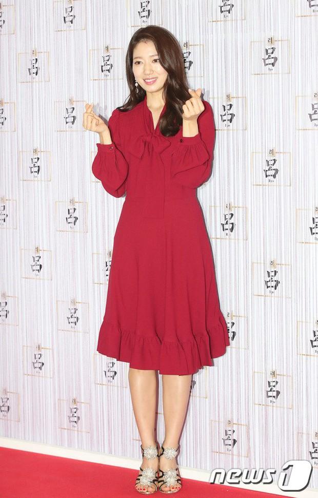 Park Shin Hye trở lại đẹp rạng rỡ bên nữ chính Hương Mật Tựa Khói Sương, Park Seo Joon lịch lãm tại sự kiện - Ảnh 3.