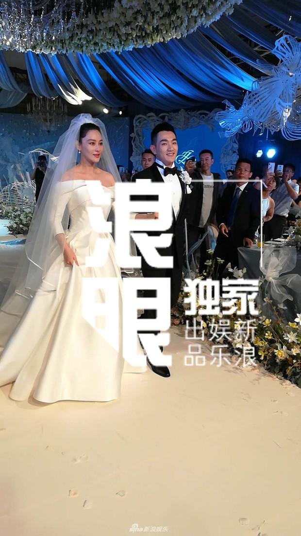 Đám cưới hot nhất hôm nay: Cô dâu Trương Hinh Dư diện váy trắng đồ sộ, nắm chặt tay chú rể tiến vào lễ đường cổ tích - Ảnh 6.