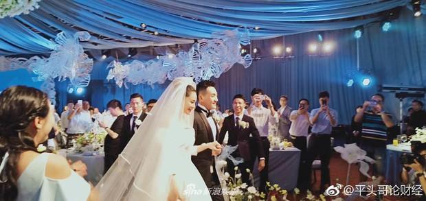 Đám cưới hot nhất hôm nay: Cô dâu Trương Hinh Dư diện váy trắng đồ sộ, nắm chặt tay chú rể tiến vào lễ đường cổ tích - Ảnh 7.