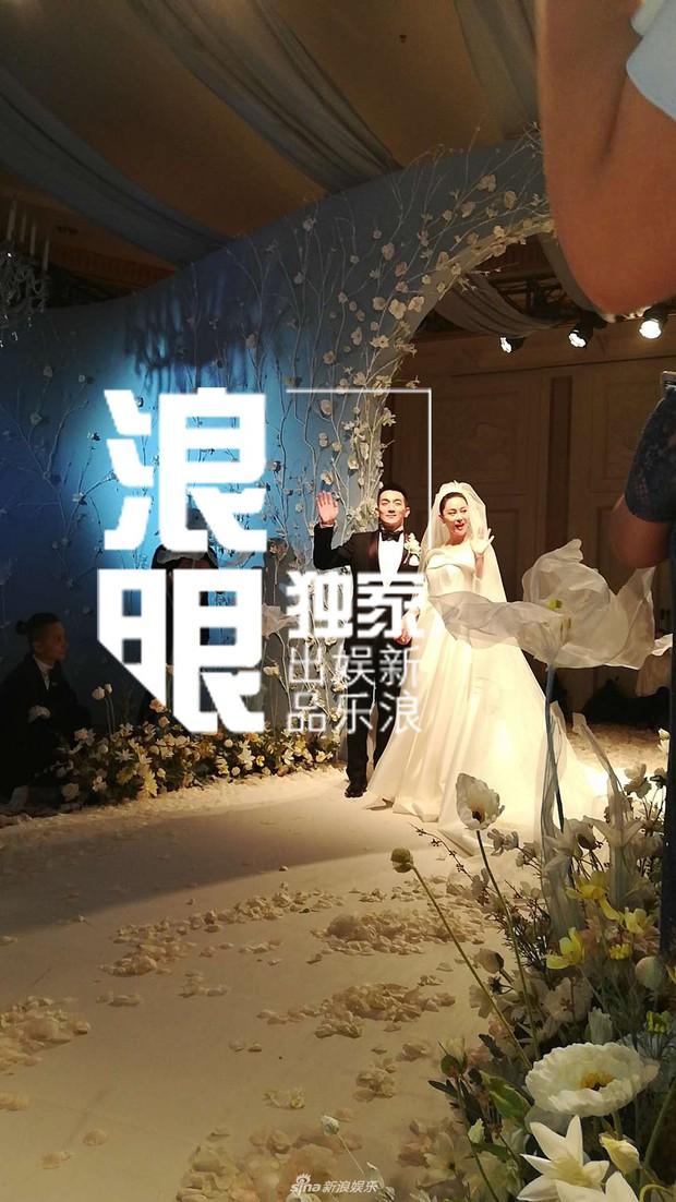 Đám cưới hot nhất hôm nay: Cô dâu Trương Hinh Dư diện váy trắng đồ sộ, nắm chặt tay chú rể tiến vào lễ đường cổ tích - Ảnh 8.