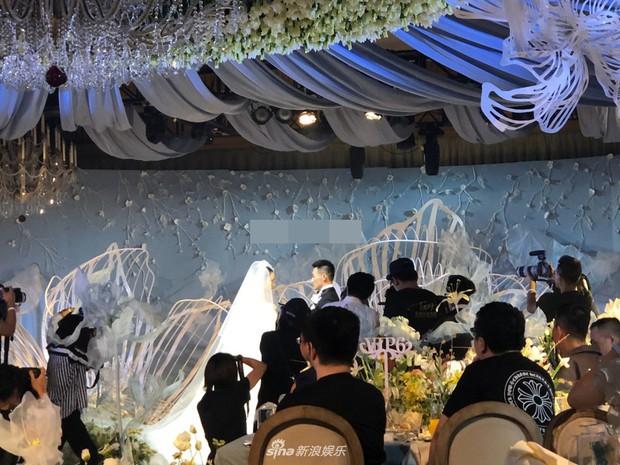 Đám cưới hot nhất hôm nay: Cô dâu Trương Hinh Dư diện váy trắng đồ sộ, nắm chặt tay chú rể tiến vào lễ đường cổ tích - Ảnh 9.