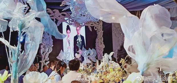 Đám cưới hot nhất hôm nay: Cô dâu Trương Hinh Dư diện váy trắng đồ sộ, nắm chặt tay chú rể tiến vào lễ đường cổ tích - Ảnh 10.