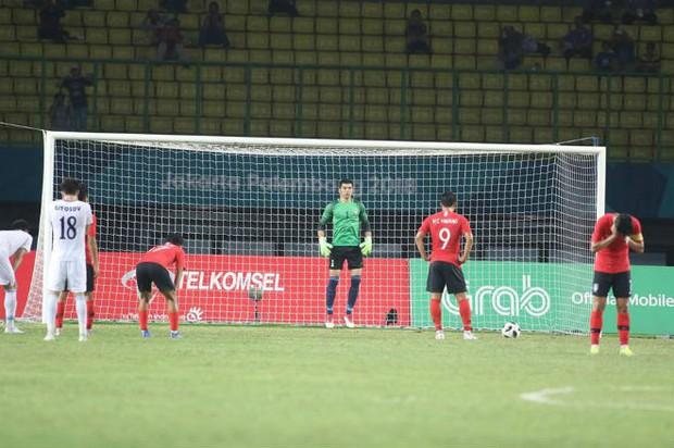 Son Heung-min ôm mặt, quay lưng không dám nhìn đồng đội đá penalty quyết định - Ảnh 2.