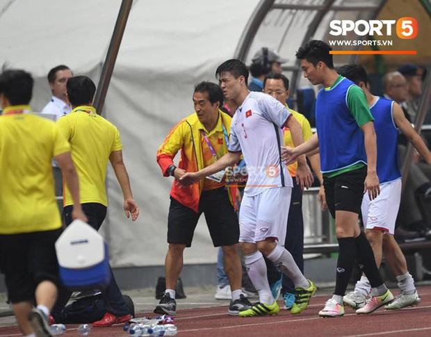 Quang Hải đổ máu, Duy Mạnh đau đớn rời sân trong ngày Olympic Việt Nam làm nên lịch sử - Ảnh 2.
