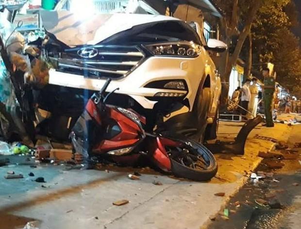 Ô tô lao vỉa hè gây tai nạn kinh hoàng, 6 người thương vong - Ảnh 1.