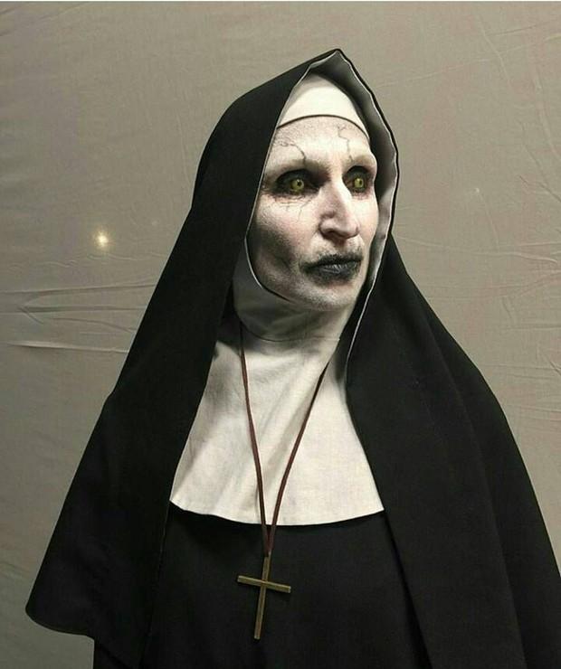 Rùng mình với 8 bí mật hậu trường The Nun: Phim trường chị Valak chào đón từ dơi đến ma ghé thăm  - Ảnh 6.