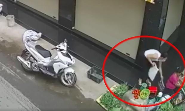 Đồng Nai: Bắt khẩn cấp người phụ nữ đi xe ga trộm túi xách của bà bán rau - Ảnh 1.