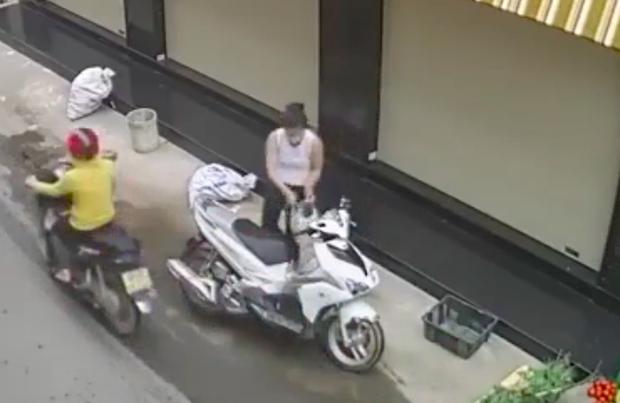 Đồng Nai: Bắt khẩn cấp người phụ nữ đi xe ga trộm túi xách của bà bán rau - Ảnh 2.