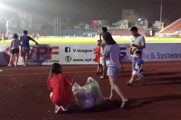 Góc ý thức: Đông đảo cổ động viên Hải Phòng ở lại sân Lạch Tray để dọn rác sau chiến thắng lịch sử của Olympic Việt Nam - Ảnh 3.
