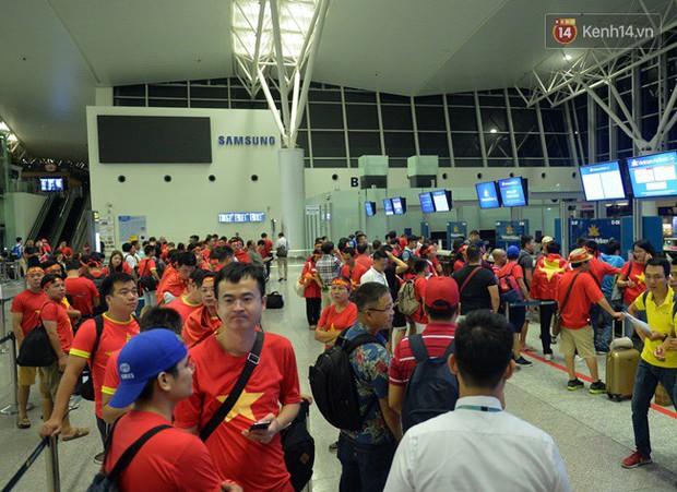 Sân bay Nội Bài nhuộm đỏ màu cờ sắc áo, hàng trăm cổ động viên lên đường sang Indonesia tiếp lửa cho đội tuyển Olympic Việt Nam - Ảnh 1.