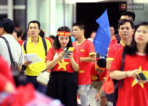 Sân bay Nội Bài nhuộm đỏ màu cờ sắc áo, hàng trăm cổ động viên lên đường sang Indonesia tiếp lửa cho đội tuyển Olympic Việt Nam - Ảnh 10.