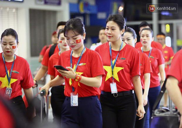 Sân bay Nội Bài nhuộm đỏ màu cờ sắc áo, hàng trăm cổ động viên lên đường sang Indonesia tiếp lửa cho đội tuyển Olympic Việt Nam - Ảnh 11.