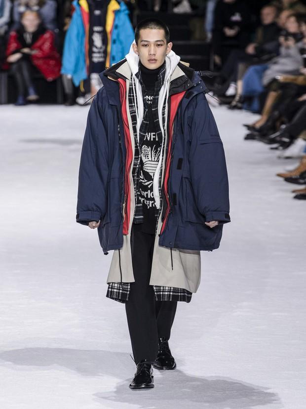 Hội siêu lười sẽ cần: Áo khoác 7 lớp hơn 150 triệu đồng của Balenciaga, để yên tâm chống chọi qua mùa đông năm nay - Ảnh 1.