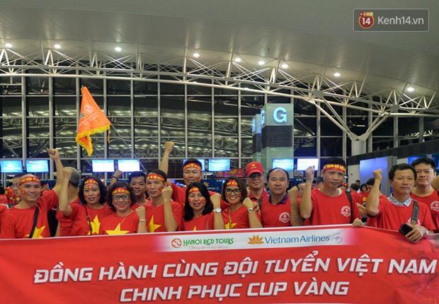 Sân bay Nội Bài nhuộm đỏ màu cờ sắc áo, hàng trăm cổ động viên lên đường sang Indonesia tiếp lửa cho đội tuyển Olympic Việt Nam - Ảnh 4.