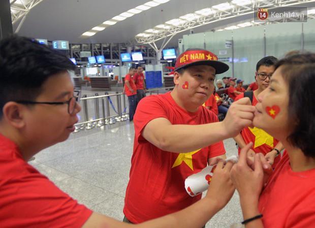 Sân bay Nội Bài nhuộm đỏ màu cờ sắc áo, hàng trăm cổ động viên lên đường sang Indonesia tiếp lửa cho đội tuyển Olympic Việt Nam - Ảnh 3.