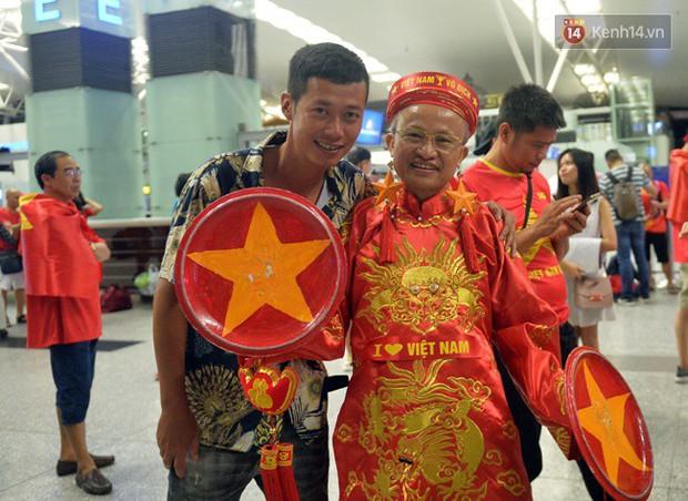 Sân bay Nội Bài nhuộm đỏ màu cờ sắc áo, hàng trăm cổ động viên lên đường sang Indonesia tiếp lửa cho đội tuyển Olympic Việt Nam - Ảnh 2.